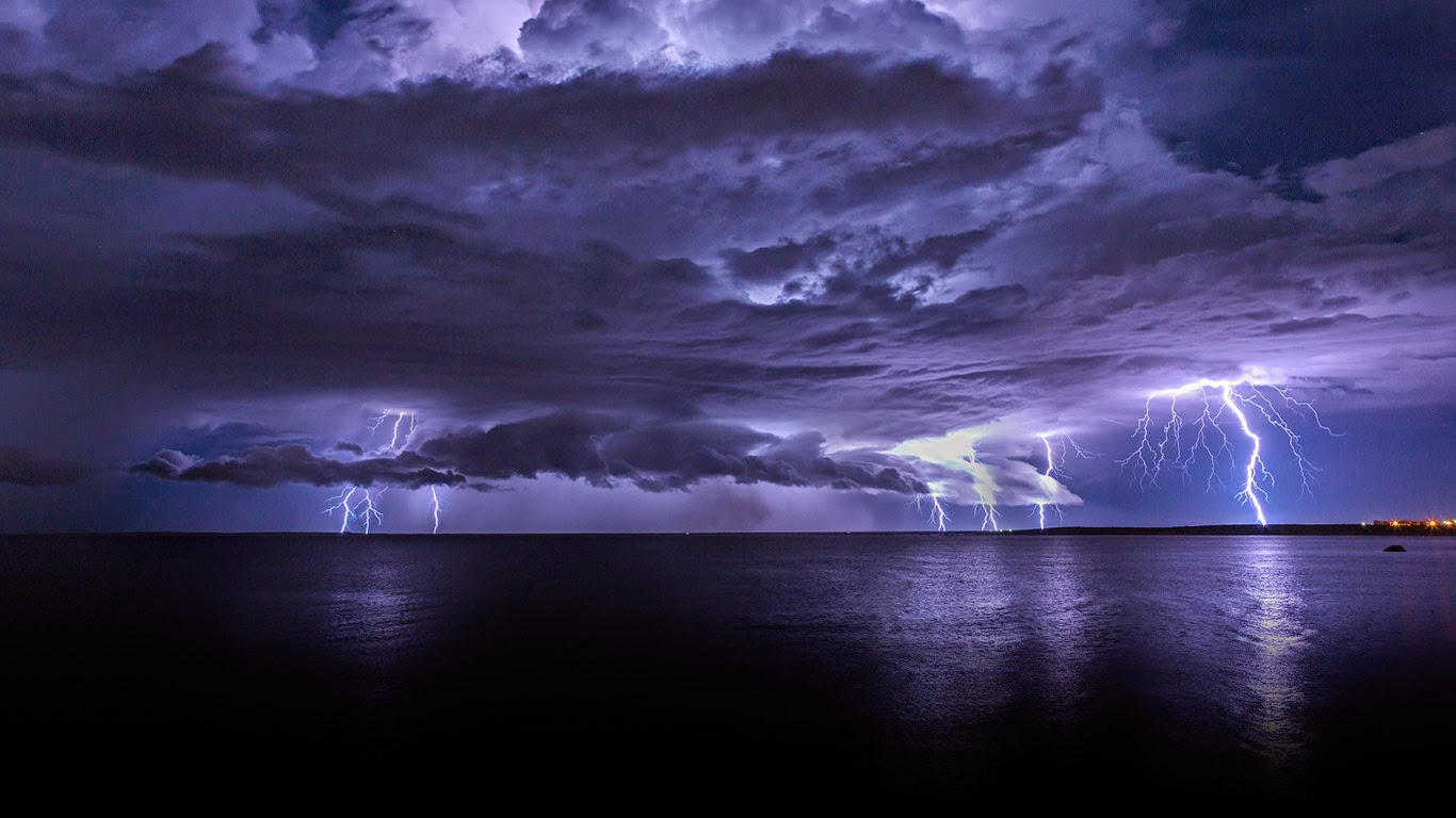Lightning storm off Cooke Point, Port Hedland, Australia (© Simon Phelps Photography/Getty Images) 198
