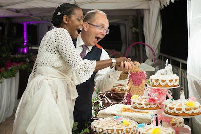 mariage au Golf de St François, Guadeloupe, les mariés découpent le gâteau