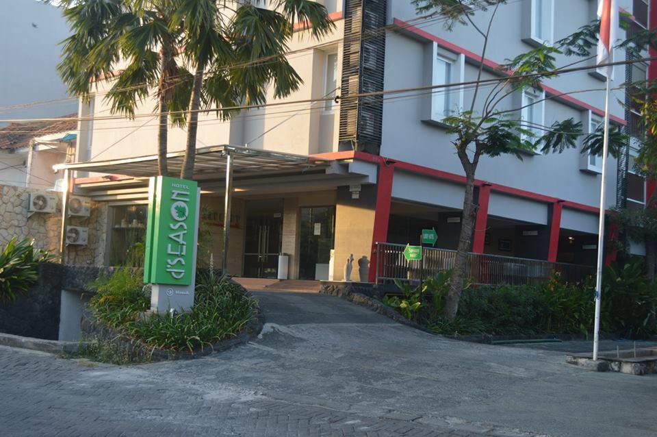 Hotel Ini Memang Tidak Begitu Jelas Terlihat Saat Kita Melintasi Jalan Jemur Andayani Letaknya Di Samping Pom Bensin Sedikit Ke Dalam