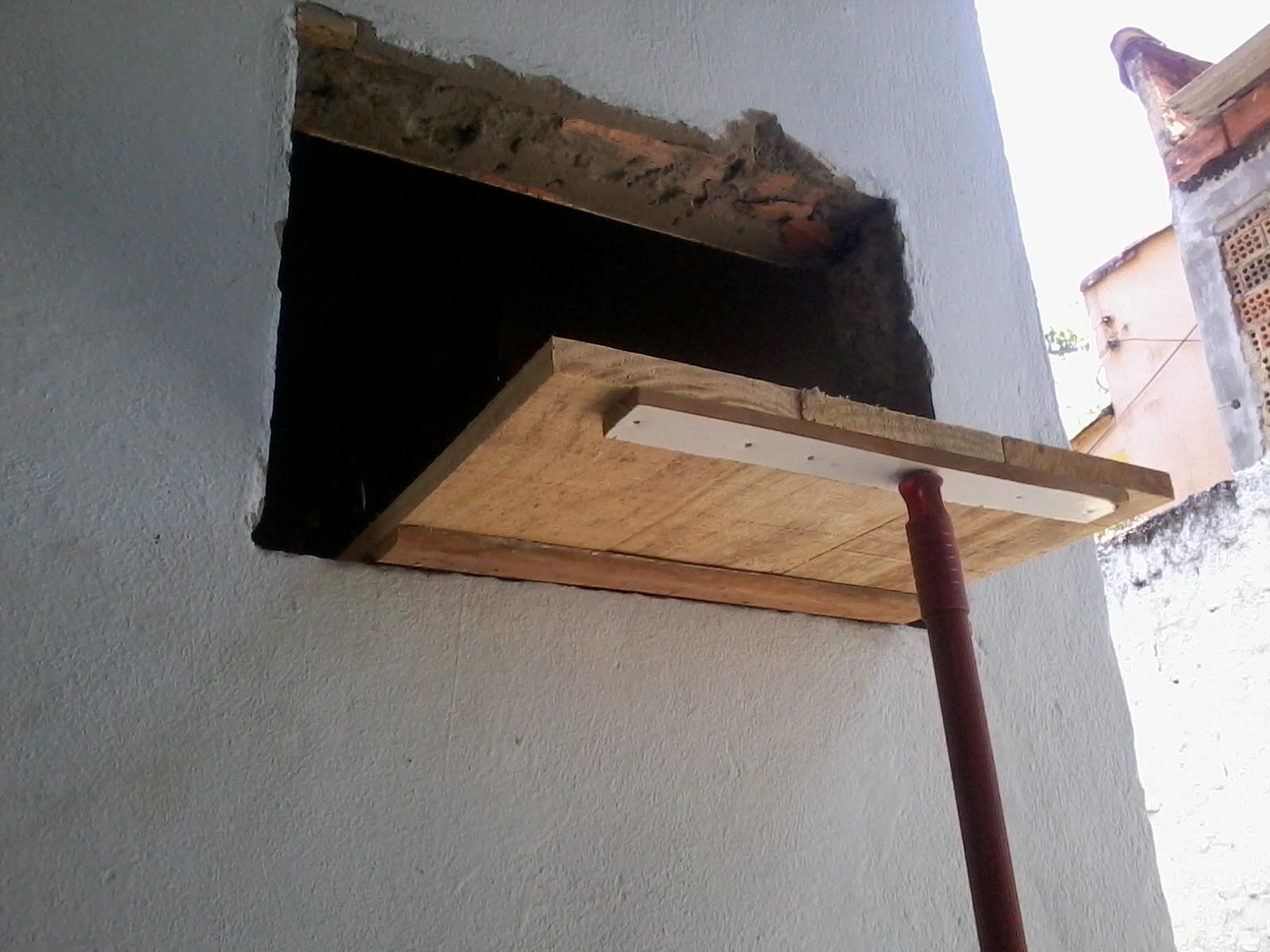 um suporte único sustentado numa outra madeira fixada na parede  #876244 1600x1200