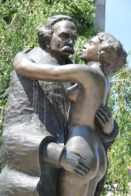 Passeando pelas ruas deparei-me com esta homenagem a Camilo Castelo Branco, que tanto me fez sonhar enquanto lia Amor de Perdição, uma estatua sensual mesmo no meio de uma cidade que cativa olhares, pensamentos e nos leva até ao seu livro eternizado pelo tempo.