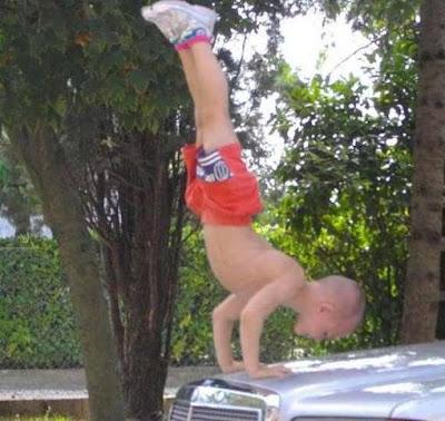 Giuliano Stroe, Anak Paling Berotot Seperti Orang Dewasa - eorang anak kecil berumur 5 tahun dari Rumania, pada tahun 2009 masuk dalam Guinness World Records karena kemampuannya berjalan dengan tangan. Giuliano mampu berjalan dengan tangan sejauh 10 meter dengan bola berat antara kakinya