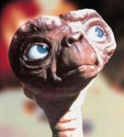 Imagen de E.T. mirando al cielo