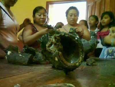 pobladores agarrando los restos del meteorito en ichmul