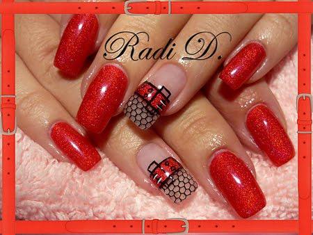 Червен блестящ маникюр с декорация