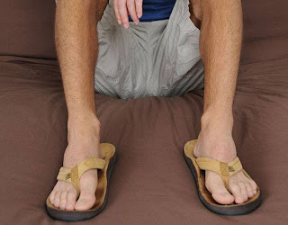 Homem de chinelo - Pés Masculinos - Male Feet