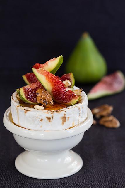 Запечен камембер със смокини и мед