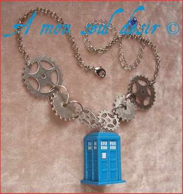 Collier TARDIS Docteur Who Temps A Relativité Dimensionnelle Inter Spatiale Doctor Who Necklace Time And Relative Dimension In Space