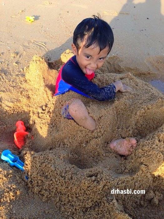 kamal khairi mandi di Pantai Cherating main pasir