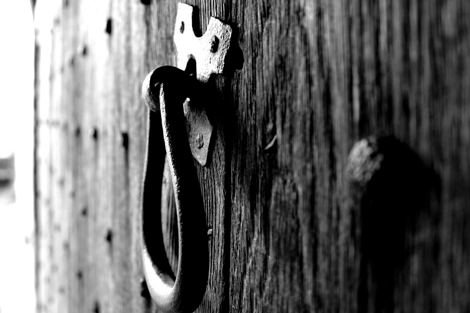Black & white photography - Door handle at Lacock Brewey House, National Trust // 76sunflowers