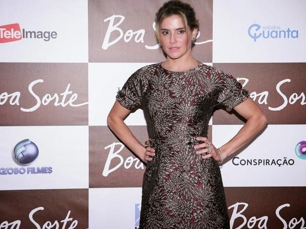Deborah Secco usa um vestido curto em pré-estreia de filme