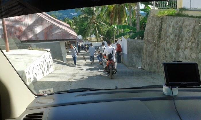 menuruni jalan yang curam dengan rem dan engine brake