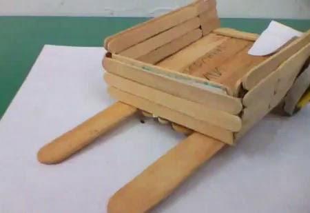 carretilla hecha con palitos de madera