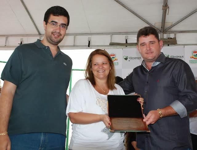 Diretora da E. M. Beatriz Silva, Jane Lara, recebe homenagem do Prefeito Arlei