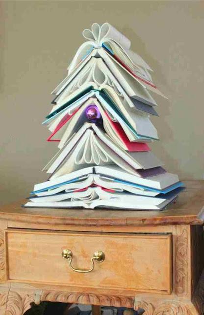 Eko-choinka z rozłożonych książek