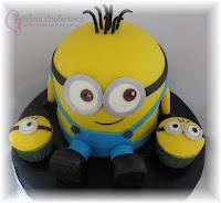 Tarta, pastel, torta, bizcocho de los Minions con cupcakes.
