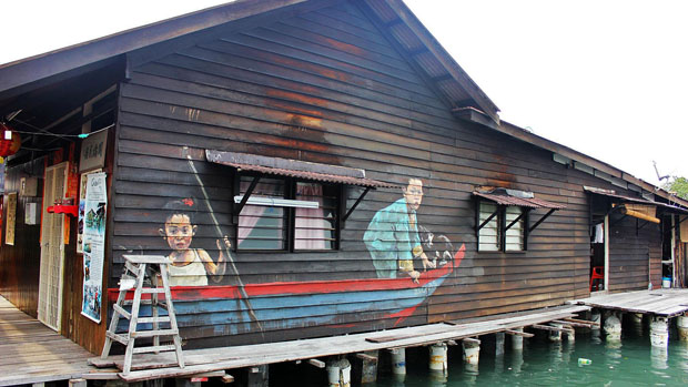 mural,calle,Interactive,Paintings,Ernest Zacharevic,George Town,Penang,Malasia, street artist, wall pictures,niño,boy,girl,children,boat,barca