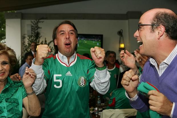 Emilio Azcárraga Jean, celebrando y gritando gol con la camiseta de la Selección Mexicana de futbol, el negocio que él maneja | Ximinia