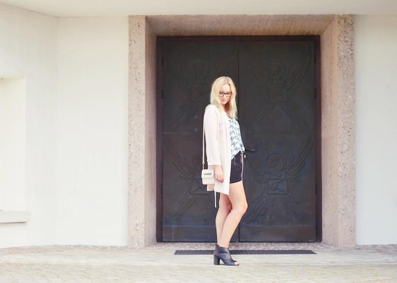 Outfit_schwarze_Shorts_Hahnentritt_Top_Chiffon_Cardigan_beige_Clutch_ViktoriaSarina