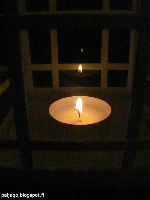 pieni kynttilä pimeässä