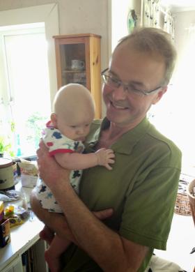 Olle med sitt första barnbarn