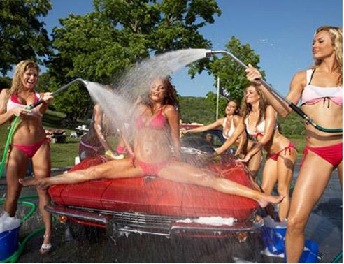 Die sexy car wash mit Mädchen Autowaschen umfasst oberen Ende Exoten, ...
