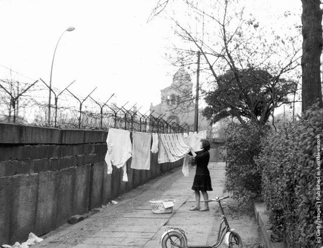 old photos of life around the berlin wall in the 1960s vintage everyday. Black Bedroom Furniture Sets. Home Design Ideas