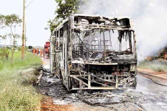 Ônibus é queimado em São Sebastião