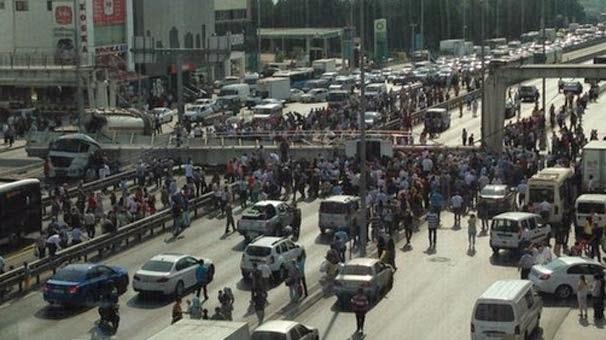 İstanbul E5'te Üst Geçit Çöktü Haberi! E-5 Karayolunda Beton Mikseri Üst Geçide Çarptı Üst Geçit Çöktü!