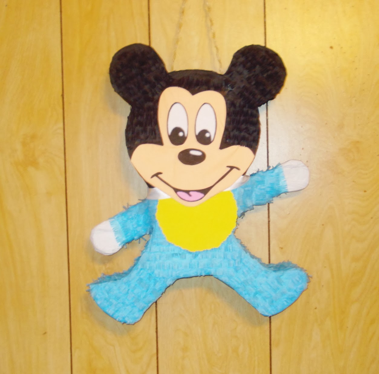 Piñatas: Mickey y Minnie mouse pinatas.