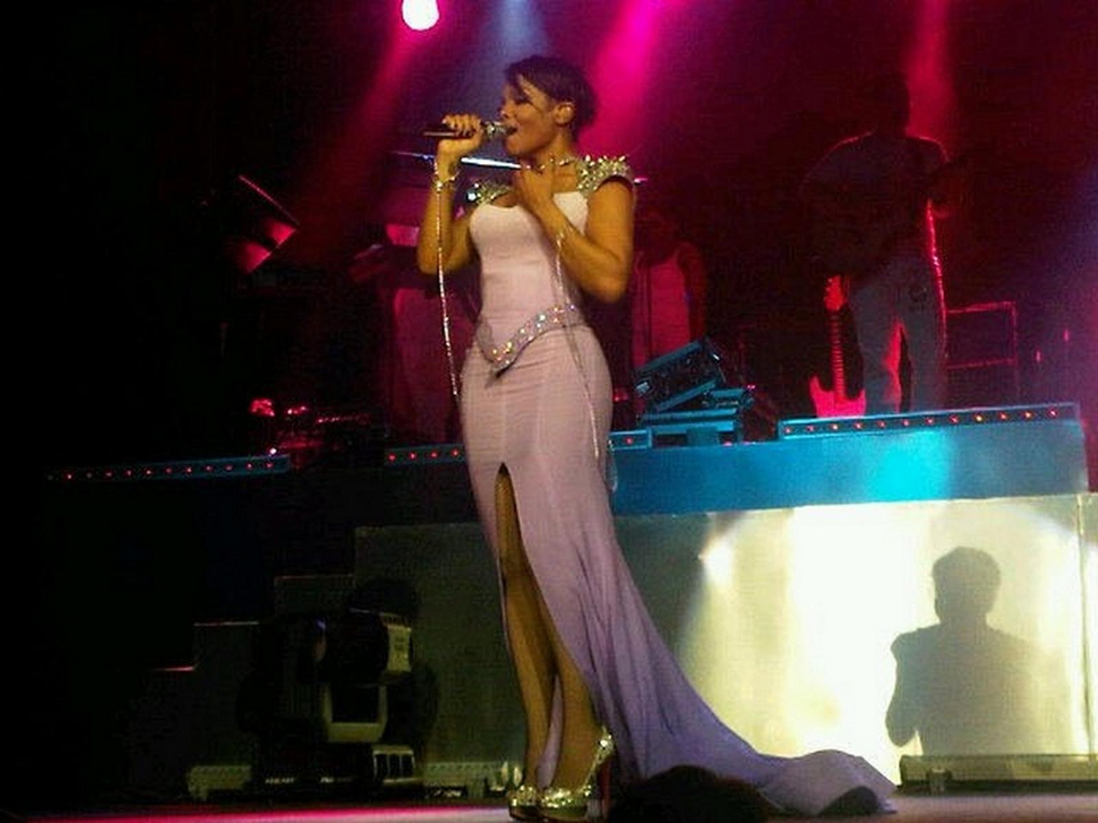 http://4.bp.blogspot.com/-TnpaZvKjwpo/TVXNOOndcAI/AAAAAAAAFP0/cnYadmuYn7o/s1600/janet+concert+%25281%2529.jpg