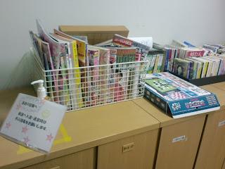 写真:廊下にあるロッカーの上には貸出用のマンガ、週刊誌、新聞など