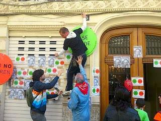 varios activistas hacen escrache en la casa de González Pons
