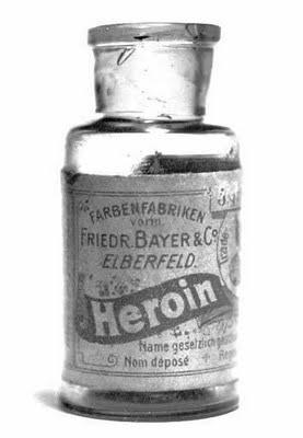 Frasco de heroína producido por la Bayer. Si bien la producción se suspendió en 1913, estaba indicado como antitusivo para niños. Nunca se realizaron pruebas clínicas. La venta en farmacias subsistió hats ¡1971!.