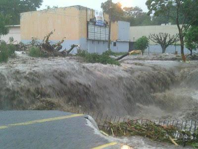 Fotogalerie Hurrikan JOVA: Beeindruckende Fotos Flut und Hochwasser Colima, Jova, Fotos Fotogalerie, Oktober, 2011, Hurrikansaison 2011, Sturmschäden, Sturmflut Hochwasser Überschwemmung,