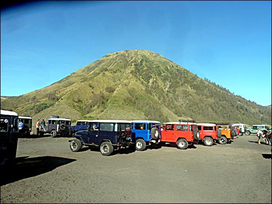 Parkiran Hardtop dengan latar Gunung Batok