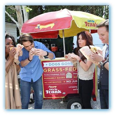 Imagem de Diogo Morgado comendo um cachorro quente com Oprah Winfrey, Roma Downey e Mark Burnett