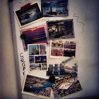 Postkartenwand mit Grüßen aus aller Welt