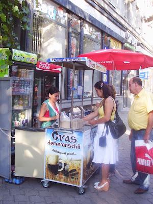 Comprando bebida típica en Moldavia
