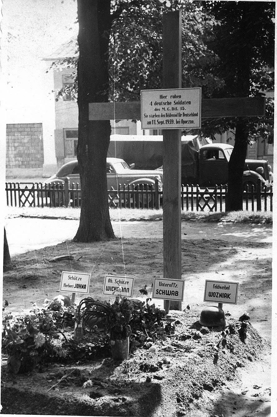 Kwatera żołnierzy Maschinengewehr-Bataillon 15 poległych 10.9.1939 roku w Kruszewcu koło Opoczna. Widok w kierunku ul. Radomskiej (później Parkstrasse). Zdjęcie wykonane we wrześniu-październiku 1939 roku. Foto. w zbiorach KW.