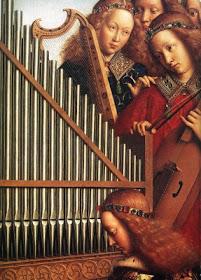 -Ummm...no sé, no sé...en lugar del órgano, creo que deberíamos meter un piano