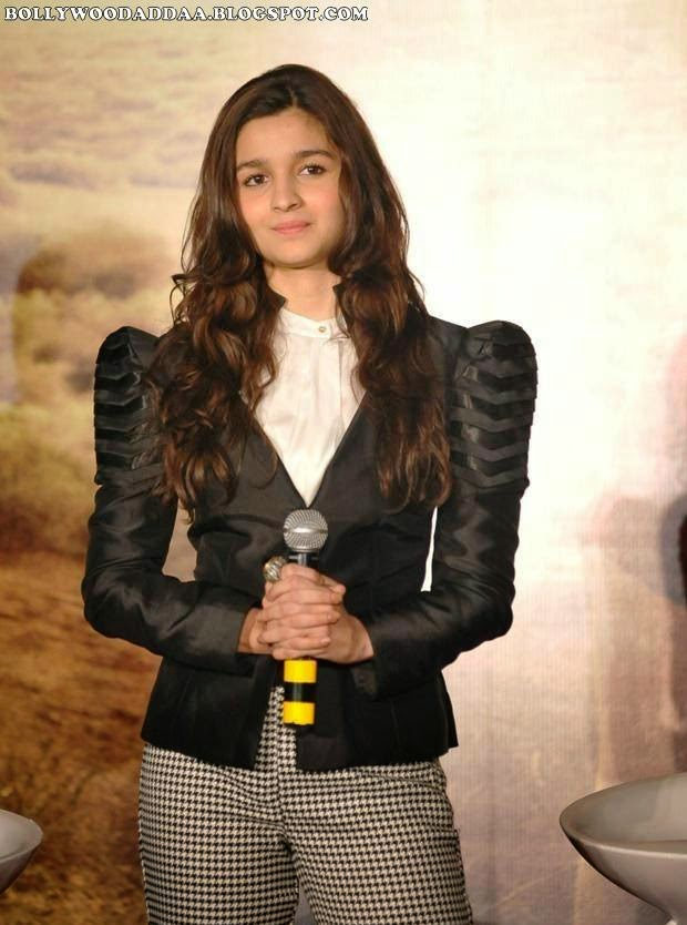 Alia Bhatt hot nude pics in her tight pants underwear impression visible wardrobe malfunction at highway promotions