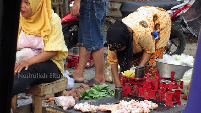 Kesibukan di pasar