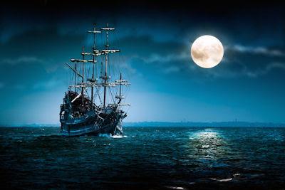 Enorme barco cruzando el mar abierto en noche de luna llena - Sea big cruiser - Barco fantasma