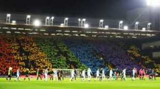 Fenomenul LGBT pătrunde în fotbal. O întreagă peluză, pictată în culorile curcubeului