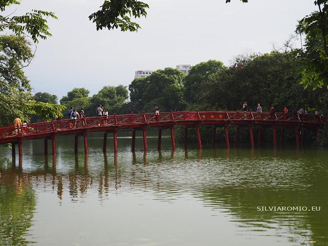 Il ponte sul lago Hoan Kiem