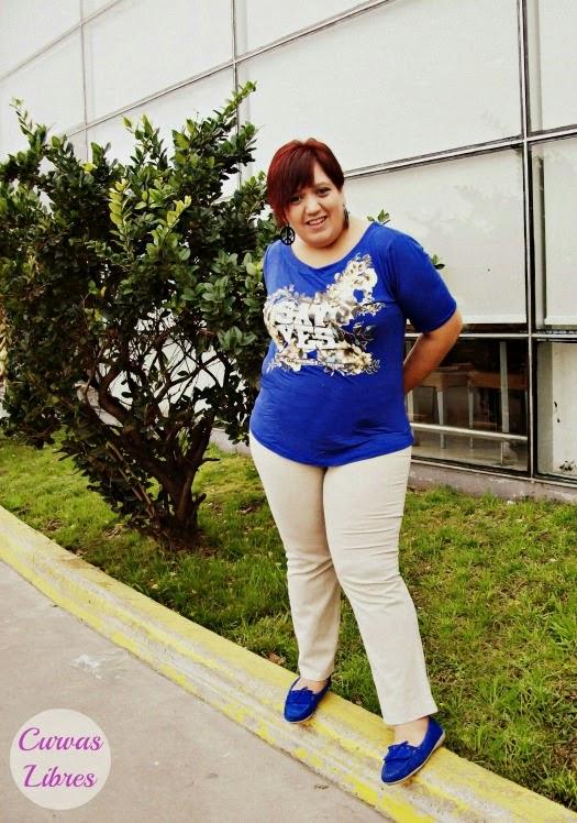 Look mundialista - remera azul, jean marfil y zapatos azules www.curvaslibres.blogspot.com