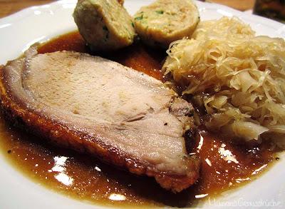 Krustenbraten mit Semmelknödel und Sauerkraut