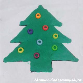 Pino de navidad de plastilina y abalorios