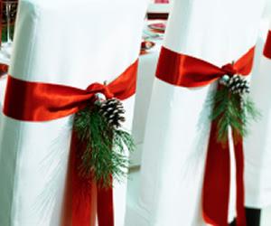 algo que est muy de moda es la decoracin de las sillas figuras de tela coronas de navidad lazos piastodo sirve para darle un toque navideo al